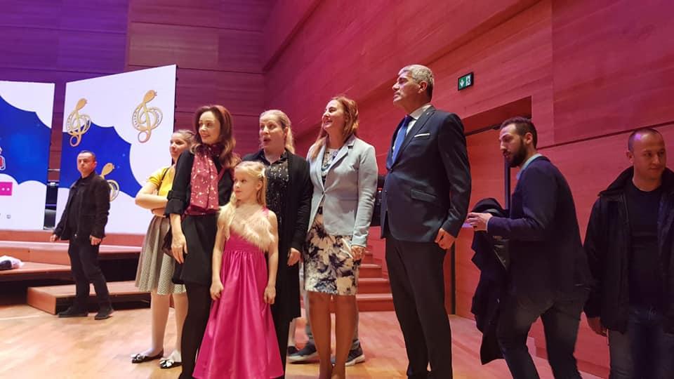 Președintele Republicii Macedonia împreună cu Georgiana Stancu pe scena festivalului Zlatno Slavejče.